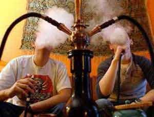 I fumatori e coloro che usano la pipa ad acqua corrono maggiori rischi di contrarre il Covid 19